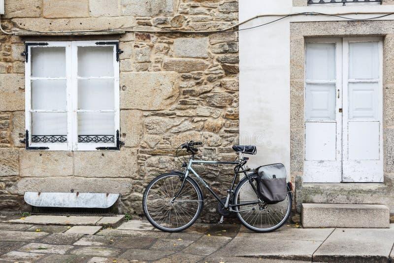 Historisk mitt, gatasikt, cykel som vilar fasadhuset santiago royaltyfri fotografi