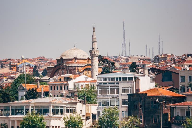 Historisk moské nära havet i Istanbul, Turkiet royaltyfri foto