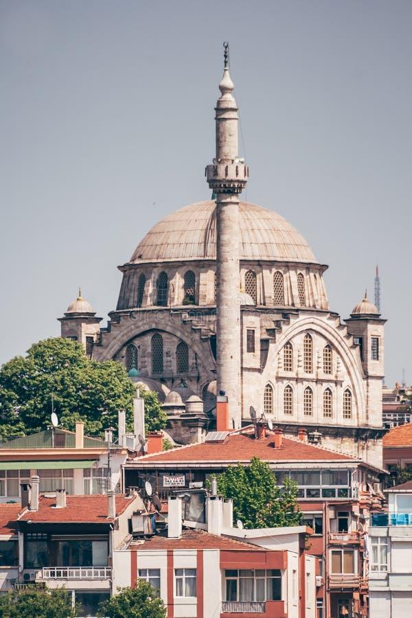 Historisk moské nära havet i Istanbul, Turkiet arkivbilder