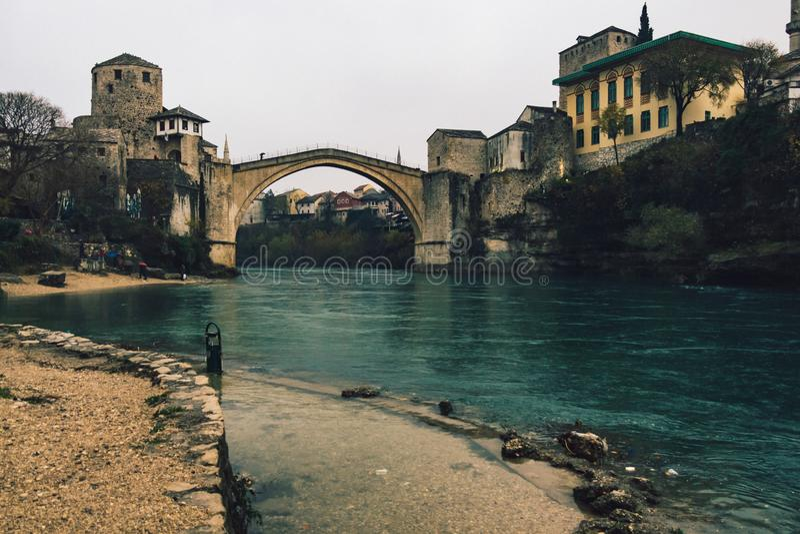 Historisk Mostar bro på molnig dag royaltyfria bilder