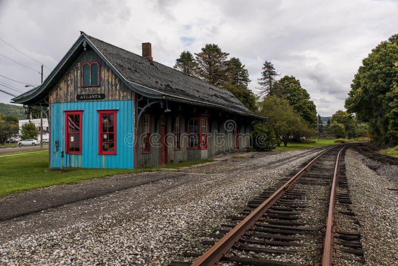 Historisk och eftersatt drevstation - övergiven järnväg - Atlanta, New York royaltyfri bild
