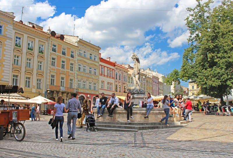Historisk och turist- mitt för marknadsfyrkant - av staden i Lviv, Ukraina arkivfoto