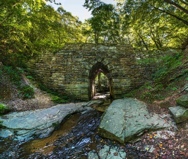 Historisk Poinsett bro som göras av stenen nära Greenville den södra bilen royaltyfria foton