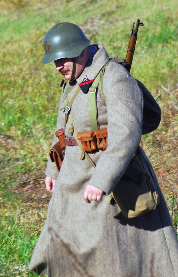 Historisk reenactment för Moskvastrid Ryska soldater-reenactors royaltyfria bilder