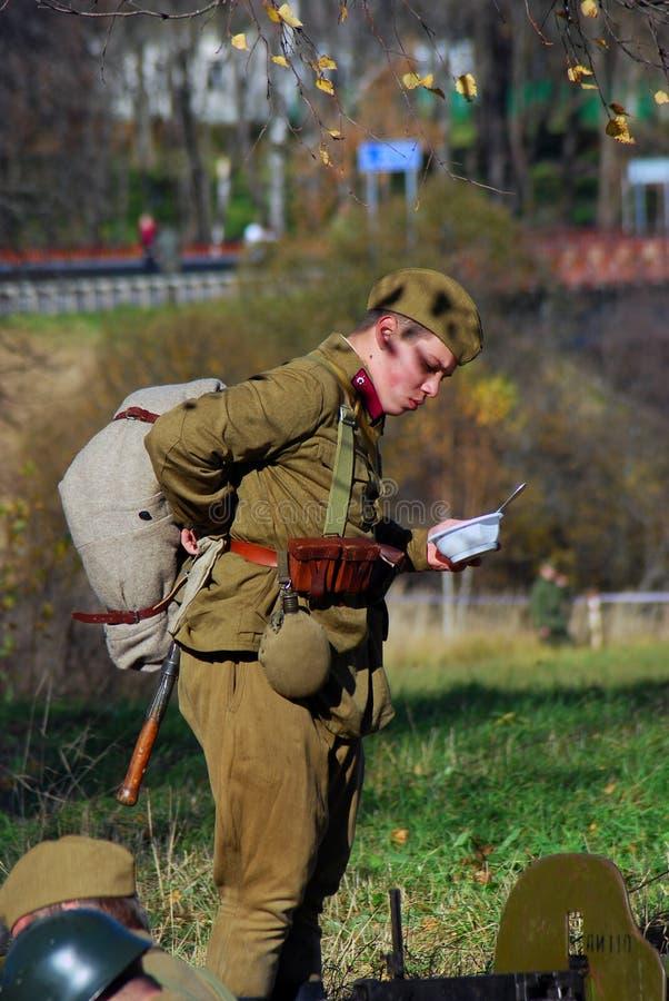 Historisk reenactment för Moskvastrid Ryska soldater-reenactors royaltyfria foton