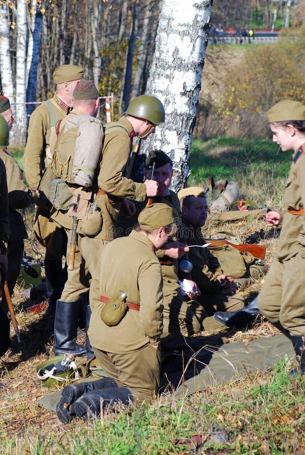 Historisk reenactment för Moskvastrid Ryska soldater-reenactors arkivfoto