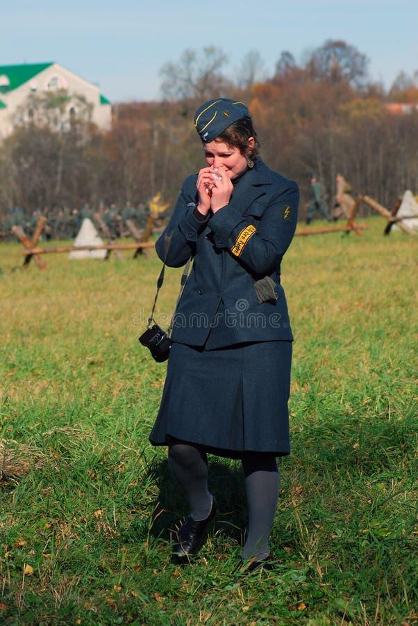 Historisk reenactment för Moskvastrid Tysk kvinnasoldat-reenactor arkivfoto