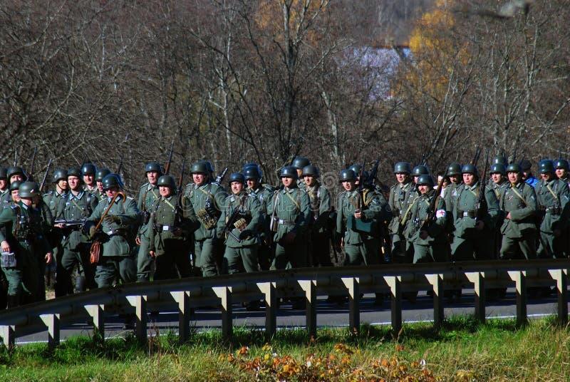 Historisk reenactment för Moskvastrid Tyska soldater-reenactors royaltyfri foto