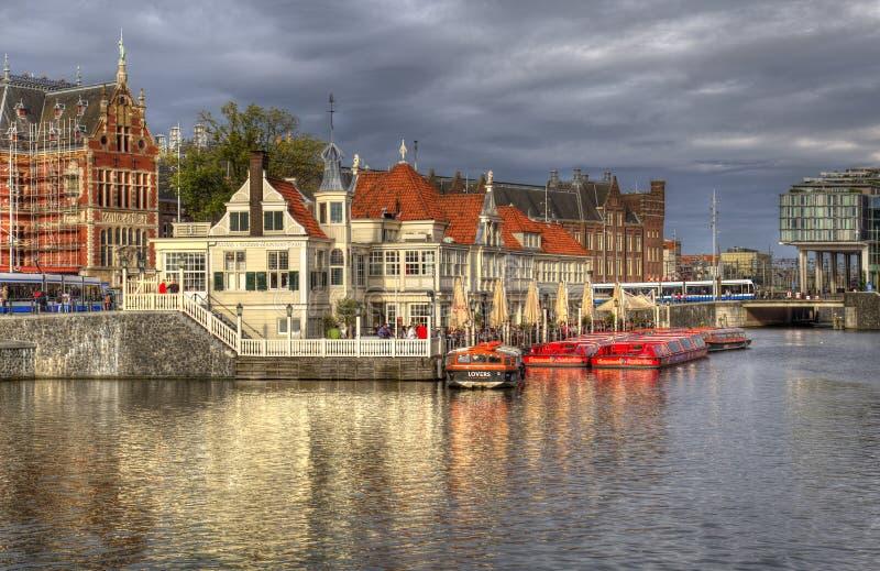Historisk restaurang på en kanal i Amsterdam, Holland royaltyfri fotografi