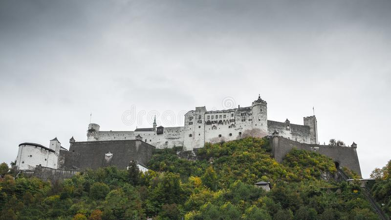 Historisk slott i Salzburg arkivbilder