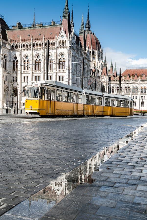 Download Historisk Spårvagn Som Förbigår Parlamentbyggnaden I Budapest Arkivfoto - Bild av turism, spårväg: 76700528