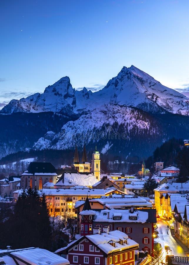 Historisk stad av Berchtesgaden med det berömda Watzmann berget i bakgrunden, nationalpark Berchtesgadener, övreBayern, arkivbilder