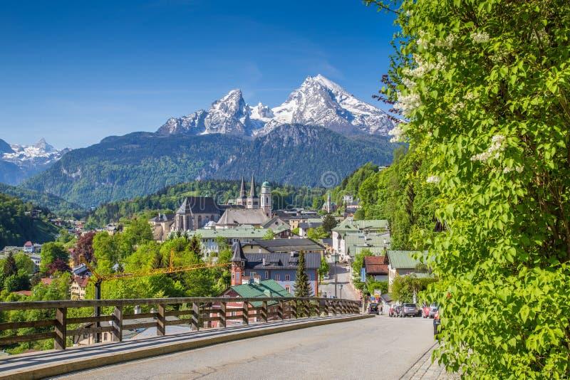 Historisk stad av Berchtesgaden med det Watzmann berget i våren, Bayern, Tyskland arkivfoto