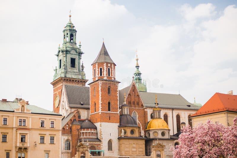 Historisk stad av Cracow i Polen, europeisk medeltida arkitektur Wawel domkyrka i den Wawel slotten i Krakow royaltyfri bild