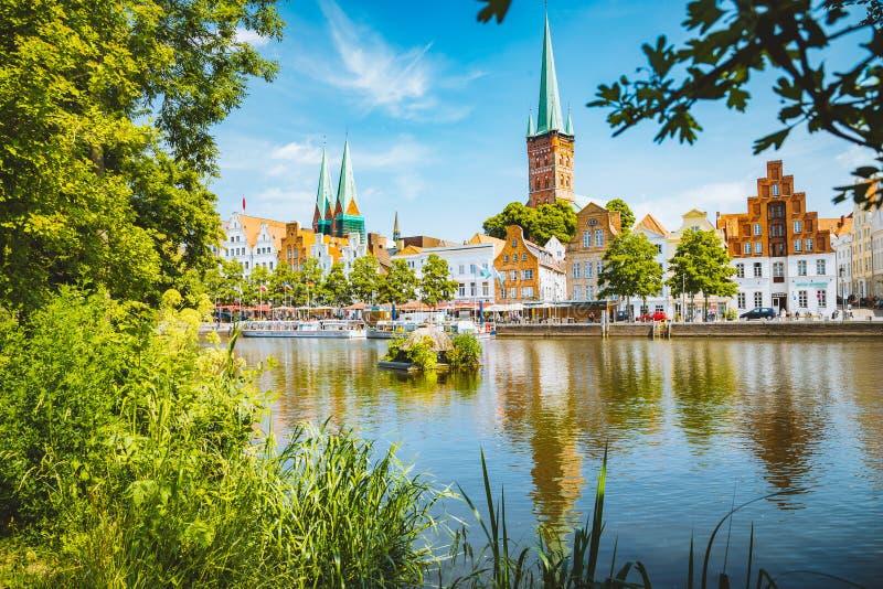 Historisk stad av Luebeck med den Trave floden i sommar, Schleswig-Holstein, Tyskland arkivfoto