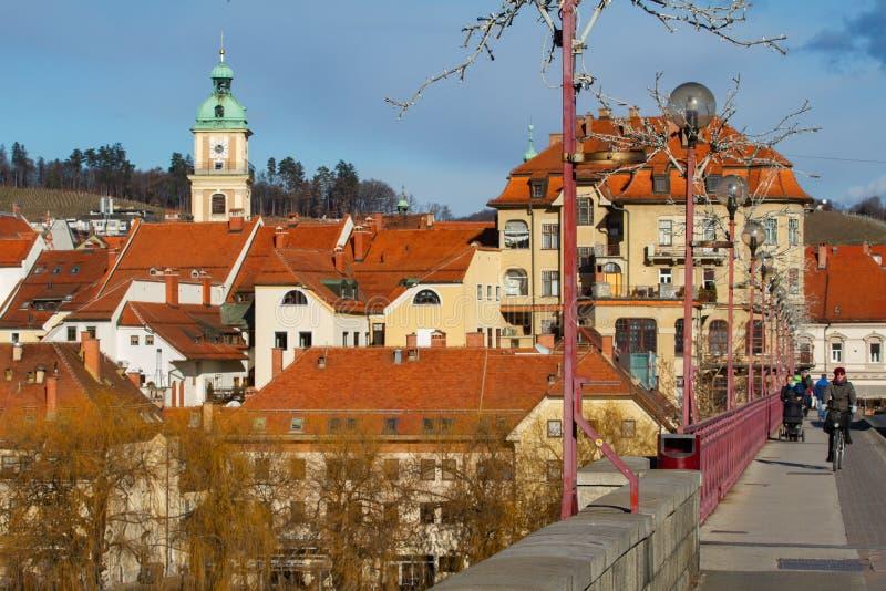 Historisk stad av Maribor på den Drava floden, Slovenien arkivbild