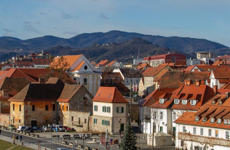 Historisk stad av Maribor på den Drava floden, Slovenien royaltyfri fotografi