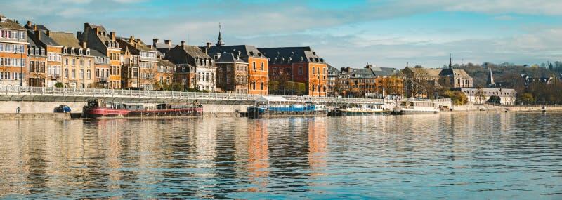 Historisk stad av Namur med skepp längs floden Meuse, Wallonia, Belgien royaltyfria bilder