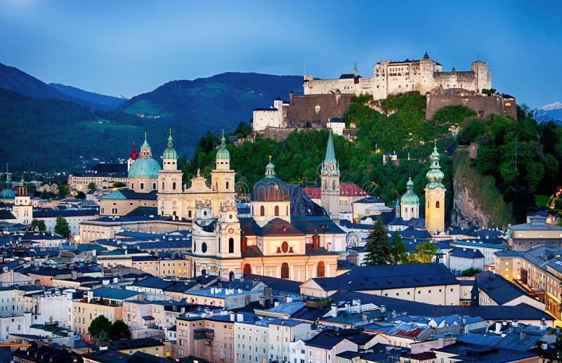 Historisk stad av Salzburg med den Hohensalzburg fästningen på skymning, S arkivbild