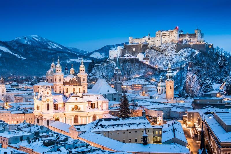 Historisk stad av Salzburg med Festung Hohensalzburg i vinter fotografering för bildbyråer