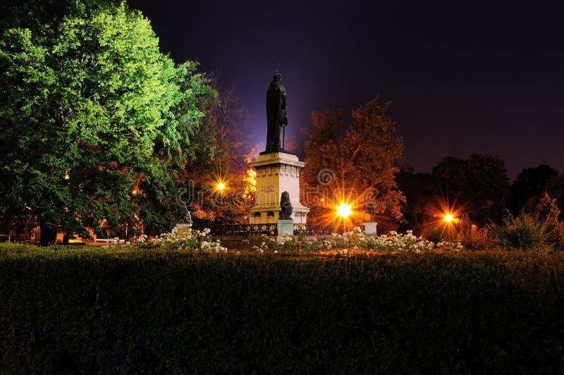 Historisk staty av den Oradea transilvaniaen i natten royaltyfria foton