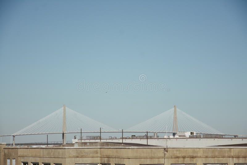 Historisk symmetrisk stålbro under en klar blå himmel arkivfoto