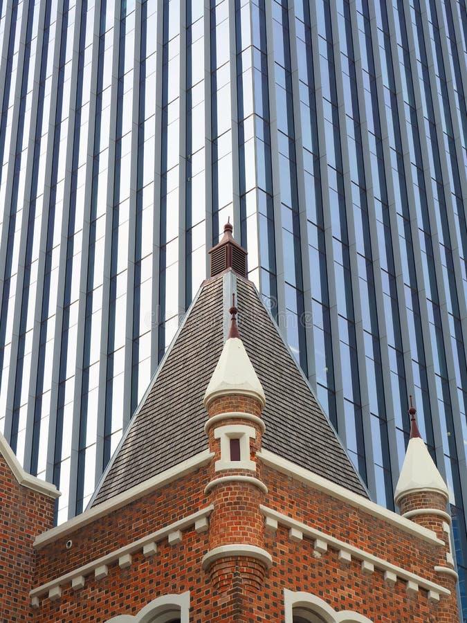Historisk tegelstenkyrka och modernt kontorstorn, Perth, västra Australien royaltyfria foton