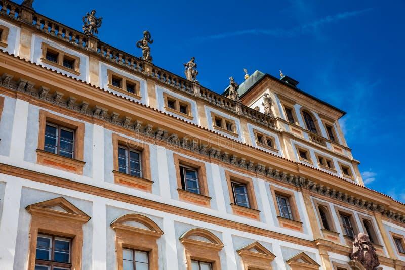 Historisk Tuscan slott som byggs på 1690 som lokaliseras på den Hradcany fyrkanten royaltyfria bilder