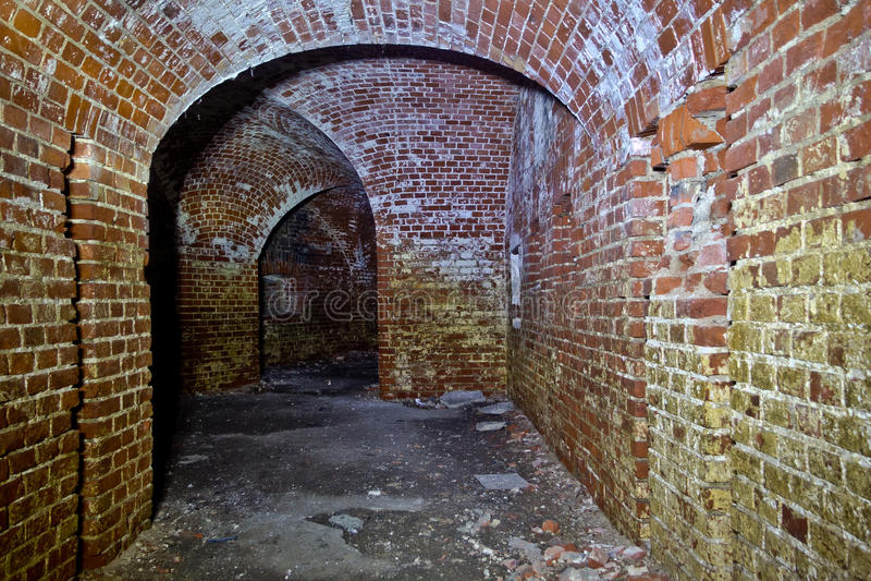 Historisk underjordisk passage under det övergav fortet royaltyfri foto