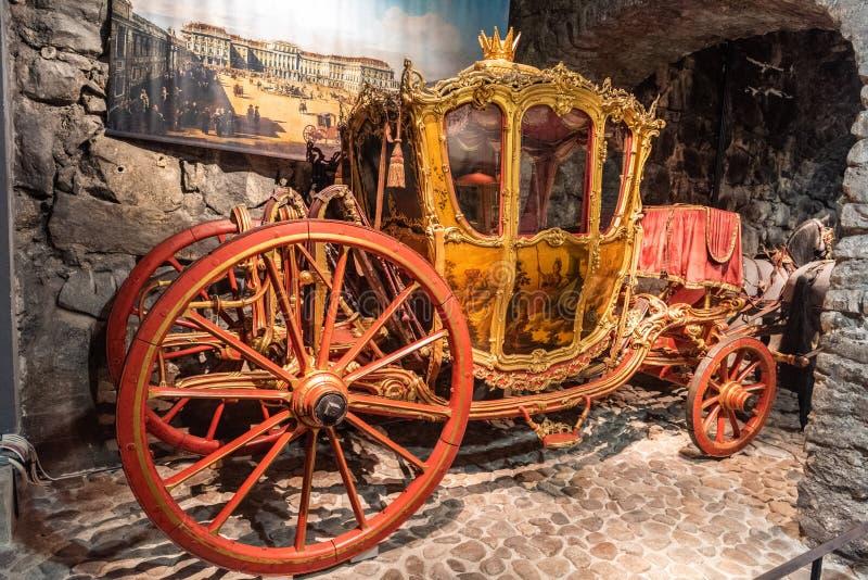 Historisk vagn på skärm på den kungliga armouryen i Stockholm arkivfoton