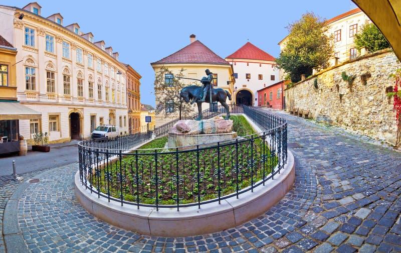 Historisk Zagreb gata och stenport arkivbilder