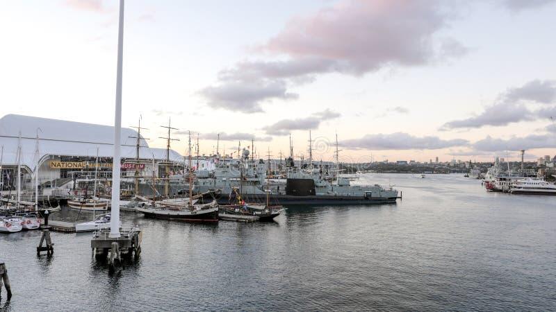 Historiska australiska skepp förtöjer på hamnen framme av det australiska Sjöhistoriska museet fotografering för bildbyråer