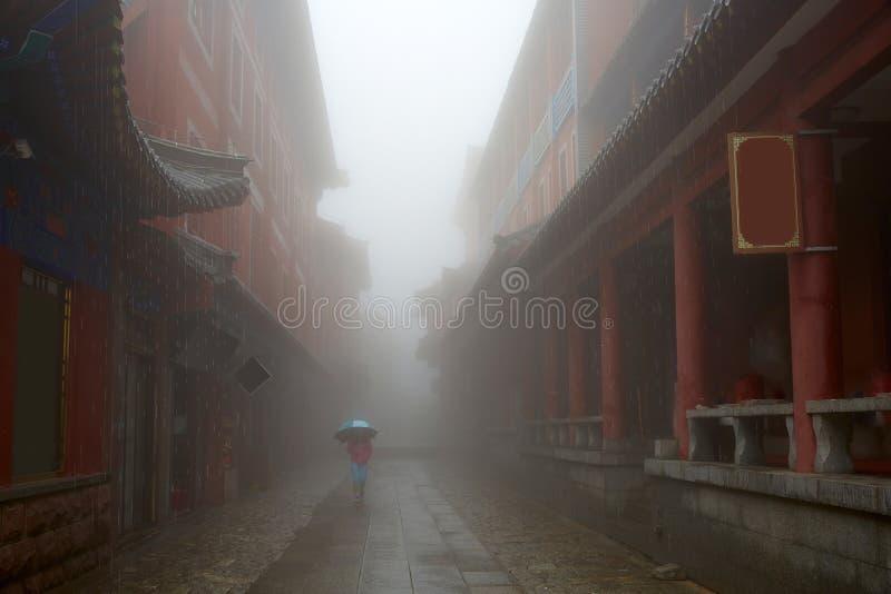 Historiska byggnader av Mount Tai i regn, Shandong, Kina