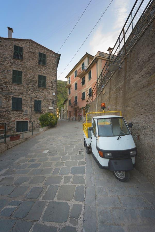 Historiska byggnader av Vernazza, Liguria, Italien, typisk gata med den parkerade folk mopeden arkivfoton