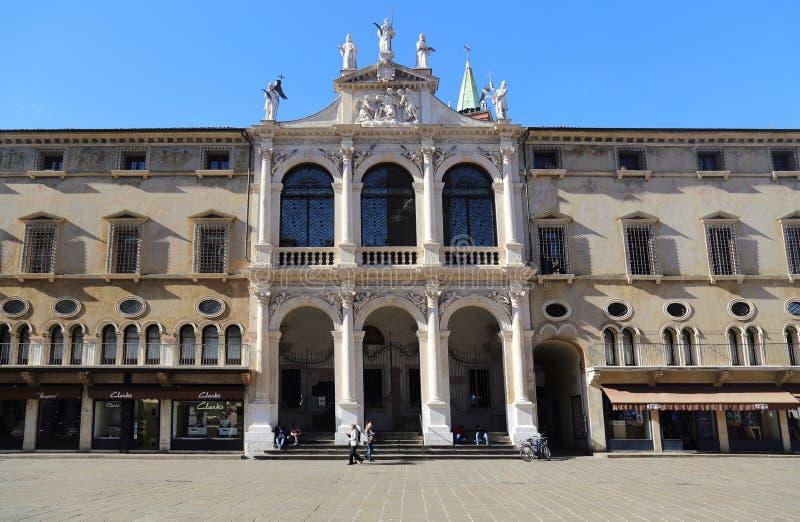 Historiska byggnader med shoppar i Vicenza, Italien fotografering för bildbyråer