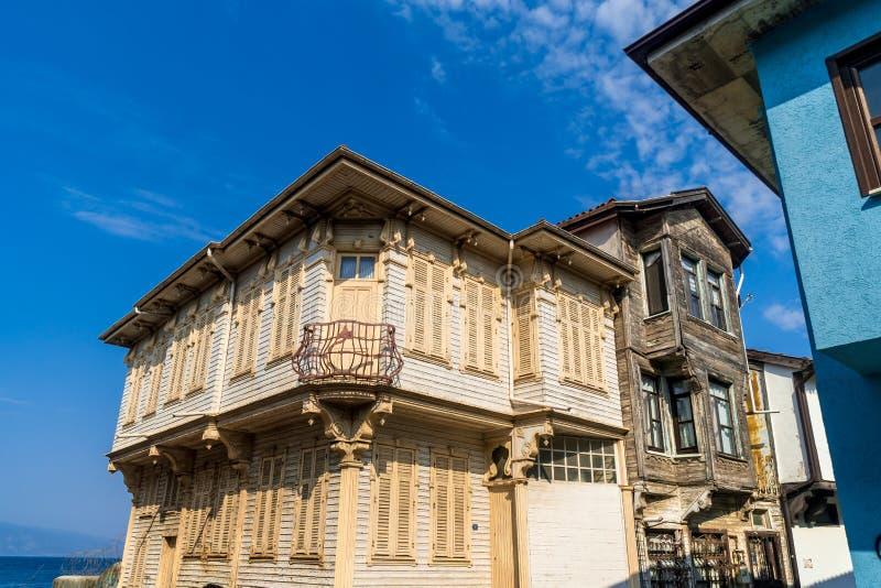 Historiska byggnader Mudanya Bursa i Turkiet royaltyfria bilder