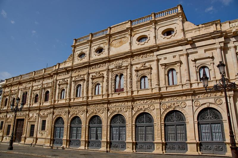 Historiska byggnader och monument av Seville, Spanien Ayuntamiento de Sevilla royaltyfri foto