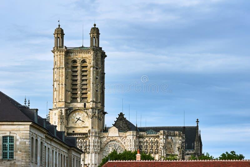 Historiska byggnader och torn av domkyrkan Troyes fotografering för bildbyråer