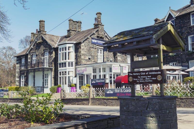Historiska byggnader på Ambleside, en lakesidestad vid Windermere sjön inom sjöområdesnationalparken, England, UK arkivbilder