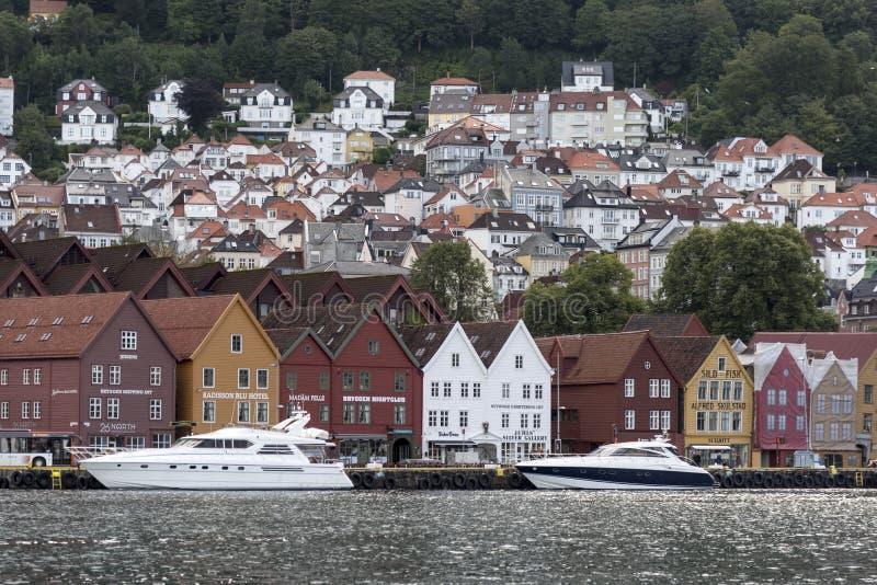 Historiska byggnader på Bergen Haven Norway arkivfoton