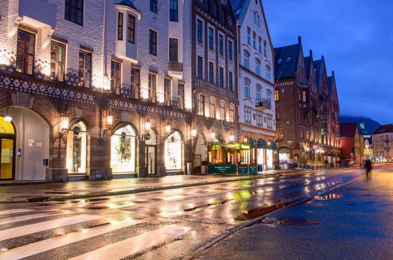 Historiska byggnader på gatan i Bergen, Norge arkivbilder