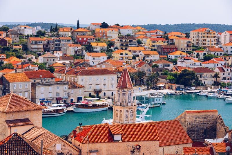Historiska byggnader på promenad i Trogir, Kroatien Trogir är den populära loppdestinationen i Kroatien Trogir som en UNESCOvärld arkivfoton