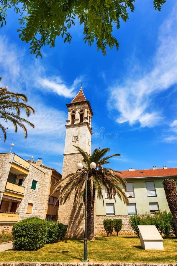 Historiska byggnader p? promenad i Trogir, Kroatien Trogir ?r den popul?ra loppdestinationen i Kroatien Trogir som en UNESCOv?rld fotografering för bildbyråer