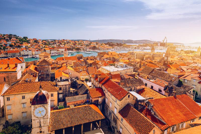 Historiska byggnader p? promenad i Trogir, Kroatien Trogir ?r den popul?ra loppdestinationen i Kroatien Trogir som en UNESCOv?rld royaltyfria bilder
