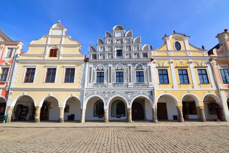 Historiska färgrika hus i townen centrerar av Telc arkivbild