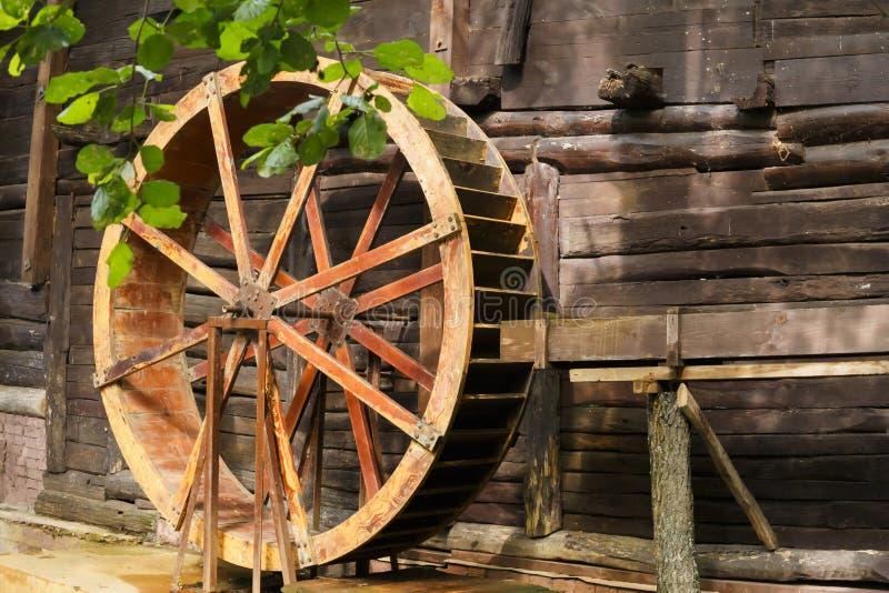 Historiska forntida gränsmärken av den Saratov regionen, Ryssland En serie av foto Gammalt återställt trävatten maler av det 19th royaltyfri bild
