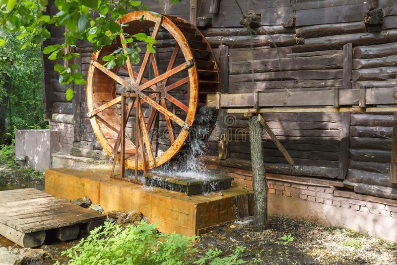 Historiska forntida gränsmärken av den Saratov regionen, Ryssland En serie av foto Gammalt återställt trävatten maler av det 19th royaltyfri fotografi