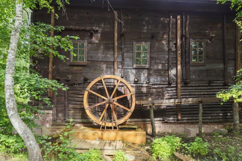 Historiska forntida gränsmärken av den Saratov regionen, Ryssland En serie av foto Gammalt återställt trävatten maler av det 19th royaltyfri foto