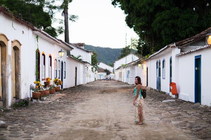 Historiska gator Paraty, Rio de Janeiro, Brasilien för flicka arkivbilder