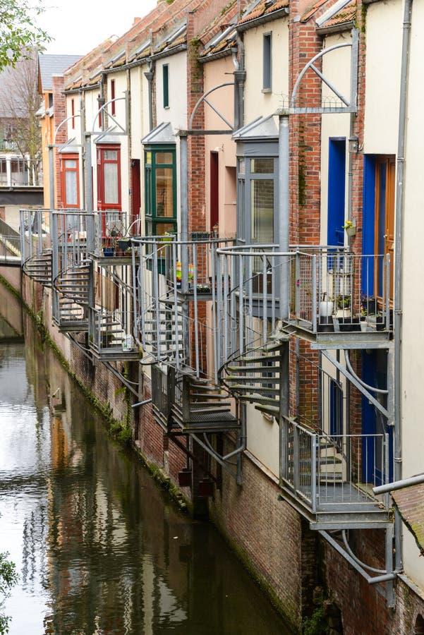 Historiska hus med balkonger och spiraltrappuppgångar royaltyfri fotografi